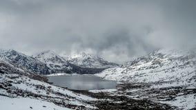 Sarathang jezioro otaczający śniegiem zakrywał góry na wszystkie stronie blisko Changu jeziora w Maju, Sikkim Zdjęcia Royalty Free