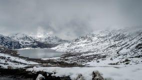 Sarathang jezioro otaczający śniegiem zakrywał góry na wszystkie stronie blisko Changu jeziora w Maju, Sikkim Zdjęcia Stock