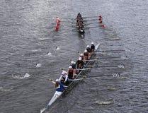 Saratoga (bodem) en van Marin Rowing (bovenkant) rassen in het Hoofd van de Jeugd Eights van Charles Regatta Women stock foto