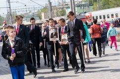 SARATOV, RÚSSIA - 6 DE MAIO DE 2017: Adolescentes com os retratos dos veteranos na estação de trem Regimento imortal Foto de Stock Royalty Free