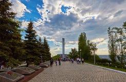 Saratov, Rússia - 9 de maio de 2016: Monumento da glória no parque da vitória da cidade de Saratov Foto de Stock Royalty Free