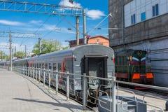 SARATOV ROSJA, MAJ, - 6, 2017: Pociąg opóźniający przy stacją zdjęcia royalty free