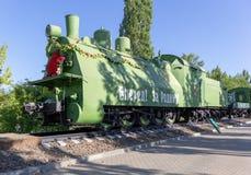 Saratov Rosja, Sierpień, - 16, 2018: Radziecki opancerzony pociąg na poręczach w zwycięstwo parku fotografia stock