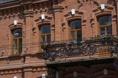 Saratov, Rusia - 6 de agosto de 2018: Casa residencial de los fin del siglo XIX en una de las calles de la ciudad de Volga de Sar foto de archivo libre de regalías
