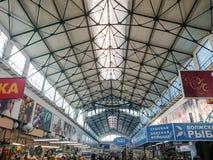 Saratov/Rusia - 26 de enero de 2019: Mercado cubierto Edificio antiguo, construido en 1916 Venta de los diversos productos alimen fotos de archivo libres de regalías