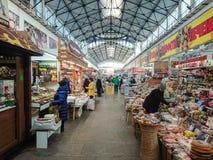 Saratov/Rusia - 26 de enero de 2019: Mercado cubierto Edificio antiguo, construido en 1916 Venta de los diversos productos alimen fotografía de archivo