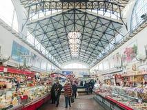 Saratov/Rusia - 26 de enero de 2019: Mercado cubierto Edificio antiguo, construido en 1916 Venta de los diversos productos alimen fotos de archivo