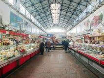 Saratov/Rusia - 26 de enero de 2019: Mercado cubierto Edificio antiguo, construido en 1916 Venta de los diversos productos alimen imagenes de archivo