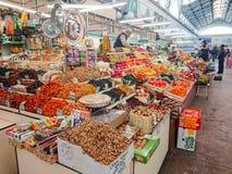 Saratov/Rusia - 26 de enero de 2019: Mercado cubierto Edificio antiguo, construido en 1916 Venta de los diversos productos alimen foto de archivo