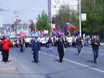 SARATOV, RUSIA demostración o del día de fiesta del 1 de mayo el Moscú calle el 1 de mayo de 2013. Imagen de archivo libre de regalías