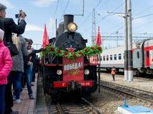 SARATOV, RUSLAND - MEI 6, 2017: De ingezetenen van de stad ontmoeten het mobiele museum van de Grote Patriottische Oorlog gewijd  Stock Fotografie