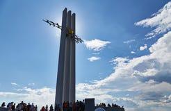 Saratov, Rusland - Mei 9, 2016: Het monument van Slava en de mooie wolken op de hemel stock fotografie