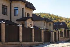 Saratov, Rusland - 10/07/2018: Mening van verscheidene nieuwe gebouwde plattelandshuisjes in Rusland Aankoop, huur, sa royalty-vrije stock fotografie