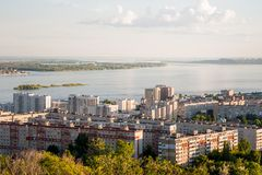 Saratov, Russie, vue des maisons, la Volga, le pont vers Engels Le paysage de la ville images libres de droits