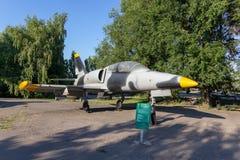 Saratov Ryssland - Augusti 16, 2018: Czechoslovak utbildningsflygplan i grå färg-svart kamouflagefärgläggning i Victory Park royaltyfri bild