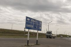Saratov-Volsk Rusland 1 augustus, 2017 Weg en brug met auto's traveling stock foto