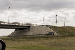Saratov-Volsk Rusland 1 augustus, 2017 Weg en brug met auto's traveling royalty-vrije stock afbeeldingen