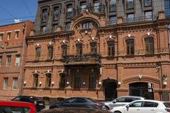 Saratow, Russland - 6. August 2018: Wohnhaus des Ende des 19. Jahrhunderts auf einer der Straßen der Volga-Stadt von Saratow stockbild