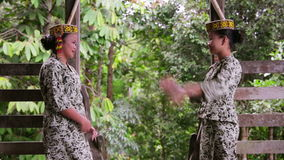 SARAWAK, MALASIA - JUNIO DE 2012: Muchachas tribales de Iban en longhouse metrajes