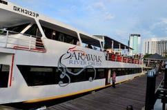 Sarawak rejsu Rzecznej turystyki łódkowaty prom z pasażerami oczekuje wyjściowego Kuching Malezja obraz royalty free