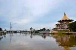 Sarawak stanu zgromadzenie parlamentu budynek z mostem przez rzecznego Kuching Wschodni Malezja obrazy royalty free