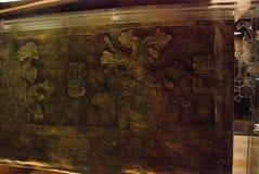 Sarcófago antiguo Pacal con bajorrelieves Figura misteriosa de un astronauta en una cubierta de 20 toneladas Exposición del museo foto de archivo