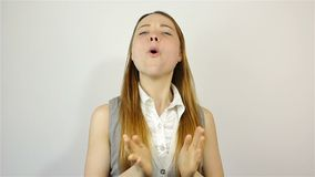 Sarcasticamente aplaudindo suas mãos Mulher bonita nova que aplaude video estoque