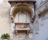 Sarcofaag van degli Abati van Abati - Sarcofago-- op externe façade van de kleine kerk van Sant ` Apollinare, Trento, Trent royalty-vrije stock afbeelding