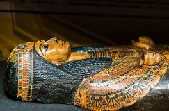 Sarcofago antico su esposizione con una bella decorazione dell'oro e di verde immagini stock