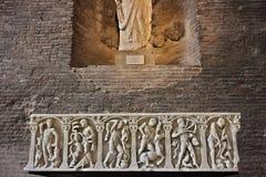 Sarcofago in marmo bianco con le decorazioni immagini stock libere da diritti