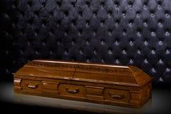 Sarcofago marrone di legno chiuso isolato su fondo di lusso grigio cofanetto, bara su fondo reale immagini stock libere da diritti