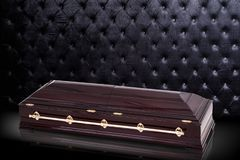 Sarcofago marrone di legno chiuso su fondo di lusso grigio cofanetto, bara su fondo reale royalty illustrazione gratis