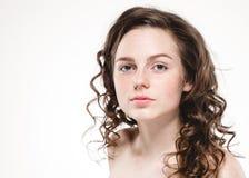 Sardas bonitas da mulher da cara e cabelo encaracolado da mosca fotos de stock royalty free