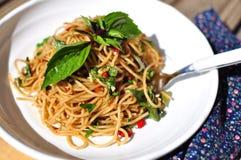 Sardellenspaghettis mit Basilikum in der weißen Platte Stockfoto