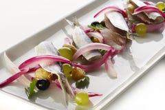 Sardinas con las uvas y la cebolla roja foto de archivo libre de regalías