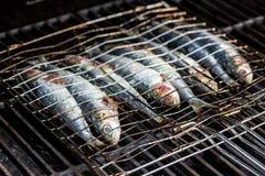 Sardinas en un pescado que asa a la parrilla ser cocinado en un Bbq fotografía de archivo libre de regalías