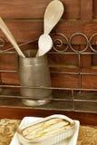 Sardinas en utensilios del aceite y de la cocina de oliva Foto de archivo libre de regalías