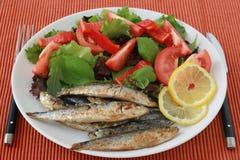Sardine fritte con insalata Fotografie Stock Libere da Diritti