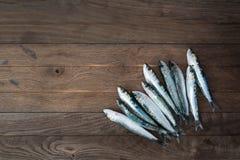 Sardinen auf Holztisch Stockfoto