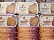 Sardines dans des boîtes de cadeau, typiques pour la côte d'Algarve images libres de droits