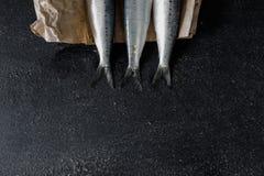Sardines op donkere achtergrond stock fotografie