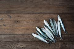 Sardines sur la table en bois Photo stock