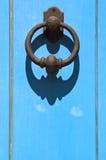 sardinia Gammal blå dörr med clapperen Arkivbilder
