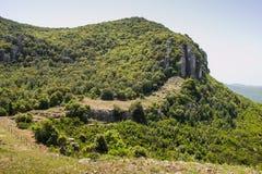 Sardinia gräsplanträd och berg arkivbilder