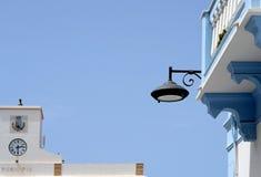 Sardinia, Itália, ilha de Sant 'Antioco, casas brancas na cimeira da cidade de Calasetta A costa montanhosa e o mar de Sardinia d fotos de stock