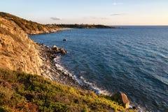 Sardinia, Itália - por do sol pelo mar imagem de stock