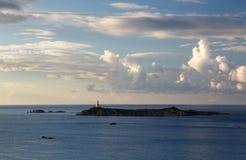Sardinia Italien - fyr på gryning i den Sardinia ön Royaltyfri Fotografi
