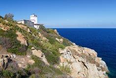 Sardinia Italien - landskap av den Sardinia ön med fyren Royaltyfri Fotografi