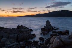 Sardinia Italien - solnedgång vid havskusten Arkivbild