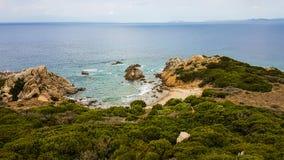 Sardinia kust i en molnig dag Arkivfoto